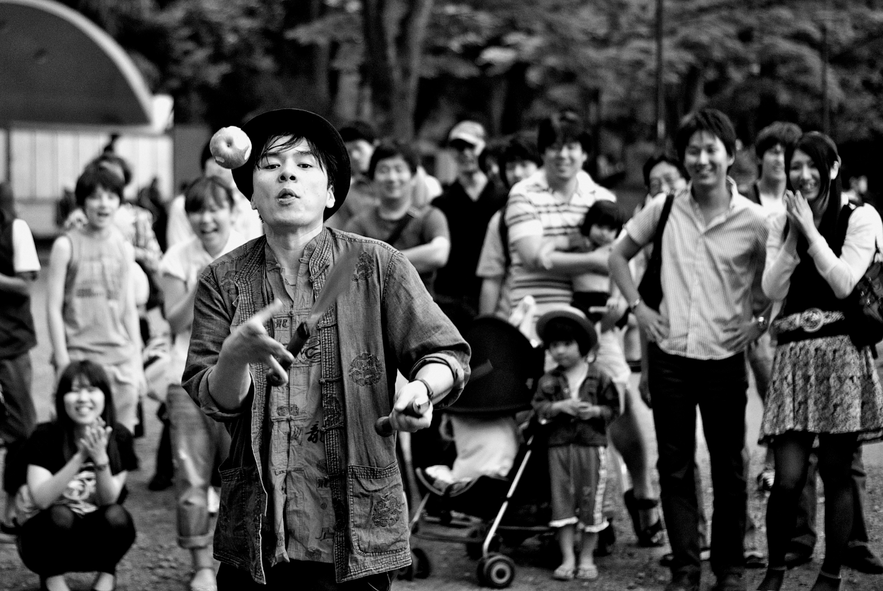 Apple and Knives, juggler at Inokashira Park, Tokyo