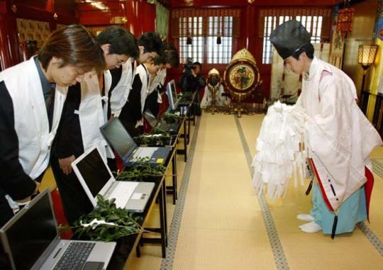 Bénédiction par un prêtre shinto de PC contre des pourriciels (Nextinpact.com)