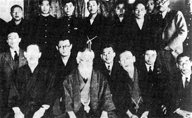 Société du Dragon Noir Mitsuru Toyama (au premier rang avec une barbe) et Yoshio Kodama (2ème en partant de la droite au premier rang).