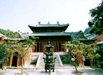 Le temple de la Source de la Loi à Pékin - Fondé sous les Tang, reconstruit sous les Ming et restauré récemment, se sanctuaire fut un grand centre d'études du bouddhisme. Peu connu, il offre au visiteur des œuvres d'arts de très grande valeur.